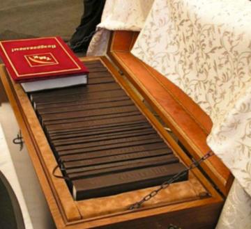 Integrala Manuscriselor Cantemir  sponsorizata de TMK-ARTROM si  asezata intr-un cufar din lemn de nuc sponsorizat de MOBEXPERT