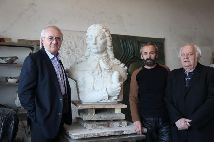 In atelierul Maestrului Gh. Tanase impreuna cu scriitorul Victor Craciun